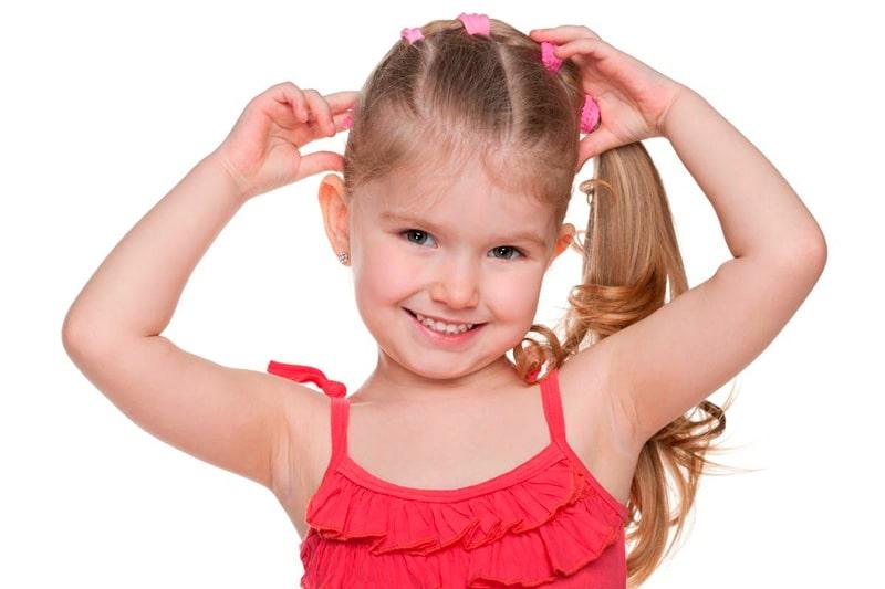 Девочка с резинками для волос